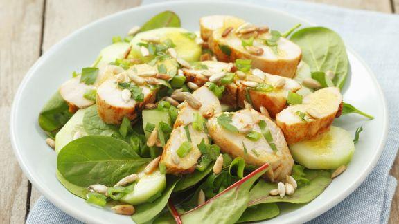Rezept: Salat mit Hähnchen und Sonnenblumenkernen