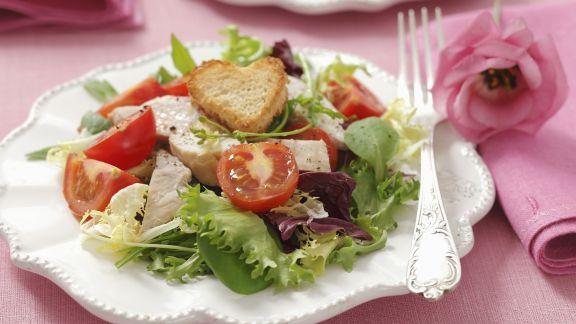 Rezept: Salat mit Hähnchenbrust vom Grill, Cherrytomaten und Herz-Croutons
