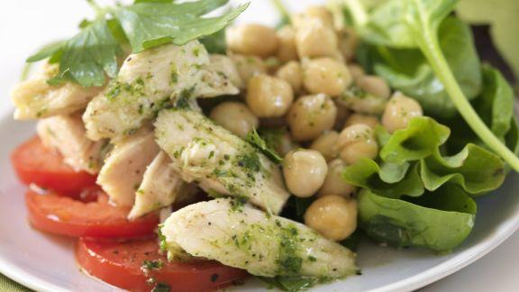 Rezept: Salat mit Hähnchenstreifen, Kichererbsen und Pesto-Vinaigrette