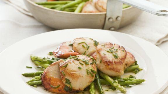 Rezept: Salat mit Jakobsmuscheln und grünem Spargel