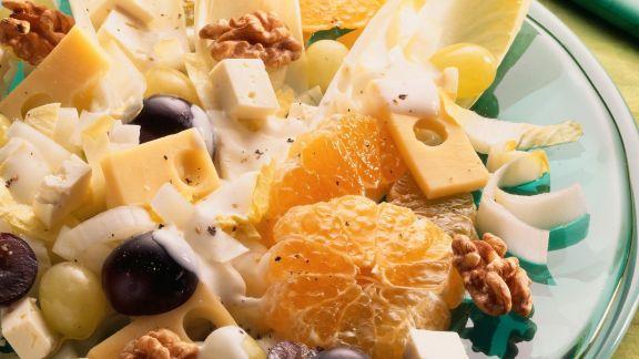 Rezept: Salat mit Käse, Chicorée, Trauben und Walnüssen