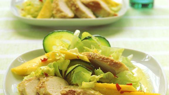 Rezept: Salat mit Kokos-Currydressing und Hähnchen