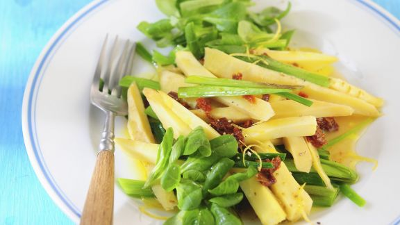 Rezept: Salat mit Pastinaken, Porree, Rapunzel und getrockneten Tomaten