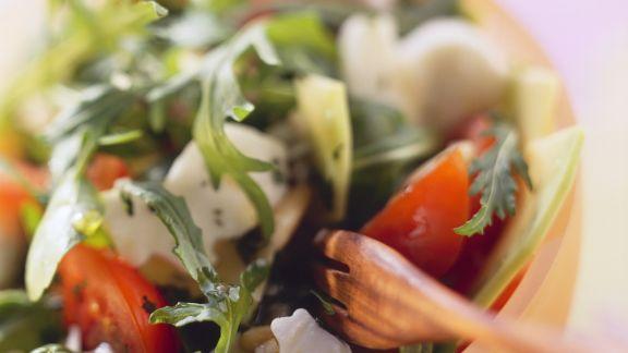 Rezept: Salat mit Rucola, Brunnenkresse, Tomaten und Häschen aus Mozzarella