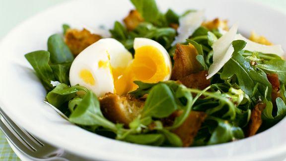 Rezept: Salat mit Speck, Ei und Parmesan