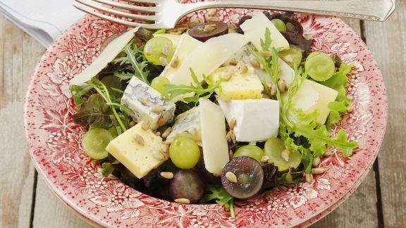 Rezept: Salat mit Trauben und gemischtem Käse