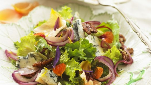 Rezept: Salat mit würzigem Blauschimmel, Nüssen und essbaren Blüten