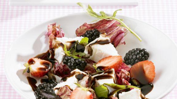 Rezept: Salat mit Ziegenkäse, gemischten Beeren und Balsamessig