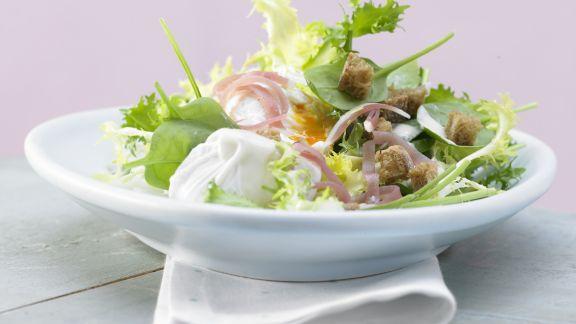 Rezept: Salat mit pochiertem Ei und Lachsschinken