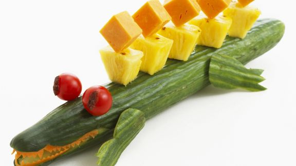 Rezept: Salatgurke mit Ananas- und Käsewürfeln
