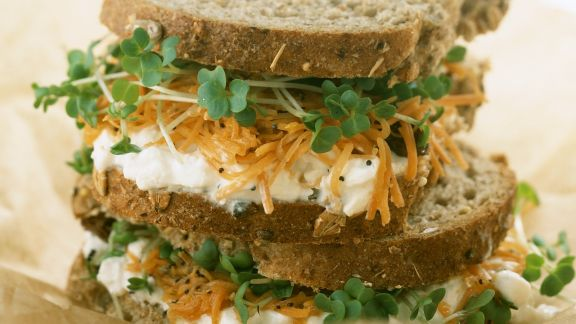 Rezept: Sandwich mit Hüttenkäse, Möhren und Kresse