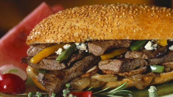 Rezept: Sandwich mit Steak, Zwiebeln, Paprika und Blauschimmelkäse