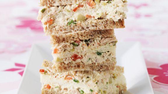 Rezept: Sandwichs mit Thunfischaufstrich, Oliven und Estragon
