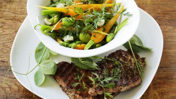 Rezept: Saubohnen-Möhren-Gemüse mit Koteletts vom Grill