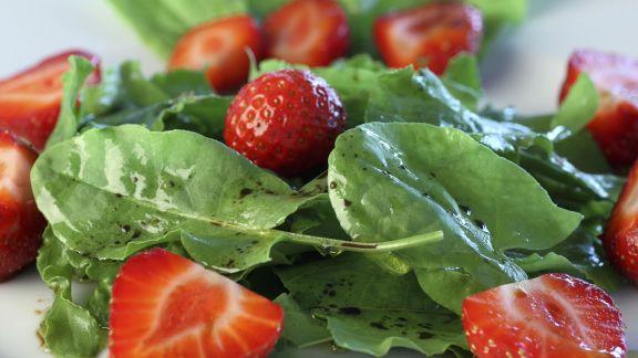 Rezept: Sauerampfer-Erdbeer-Salat