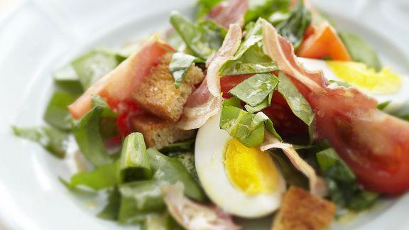 Rezept: Sauerampfersalat mit Speck, Ei und Brotwürfeln
