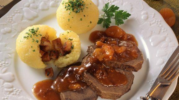 Rezept: Sauerbraten mit Trockenobstsoße und Kartoffelklößen