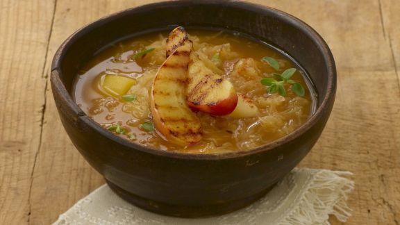 Rezept: Sauerkrautsuppe mit Kartoffeln und Äpfeln
