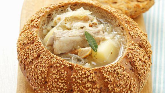 Rezept: Sauerkrautsuppe mit Rippchen im Brotlaib