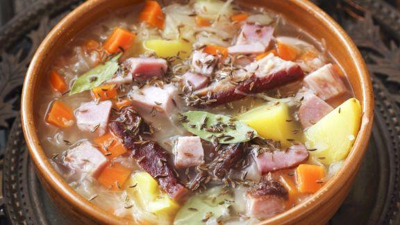 Rezept: Sauerkrautsuppe mit Schweinerippchen