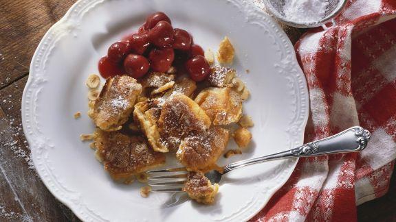 Rezept: Sauerrahm-Schmarrn mit Nüssen und Kirschkompott