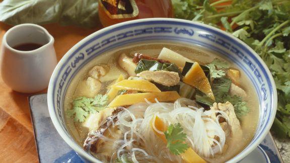 Rezept: Scharfe asiatische Suppe mit Glasnudeln, Fleisch und Gemüse