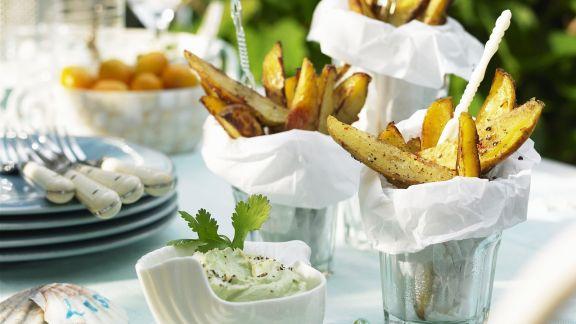 Rezept: Scharfe Kartoffelsticks mit Avocadocreme