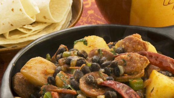 Rezept: Scharfe spanische Wurst (Chorizo) mit schwarzen Bohnen und Kartoffeln