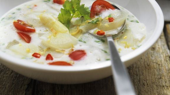 Rezept: Scharfe Spargelsuppe mit Tomaten und Zitronengras