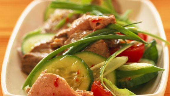 Rezept: Scharfer Salat vom Rind mit Tomaten und Gurken
