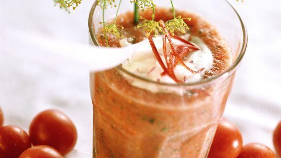 Rezept: Scharfer Tomatendrink mit Kräutern und Joghurttupfer