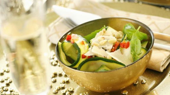 Rezept: Scharfer Zucchinisalat mit Pinienkernen, Parmesan und Basilikum