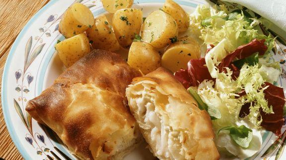 Rezept: Schellfisch im Filo-Mantel mit Kartoffeln und Salat