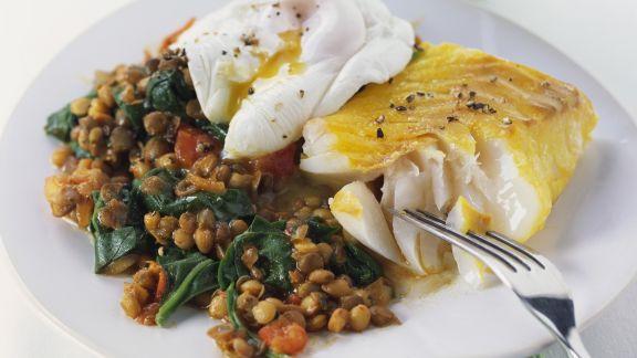 Rezept: Schellfisch mit verlorenem Ei und Spinat-Linsen