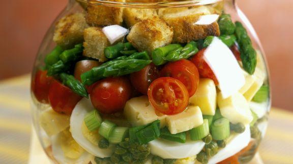 Rezept: Schichtsalat mit Käse, Ei und Croutons