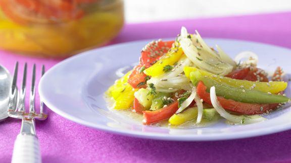 Rezept: Schichtsalat mit Paprika und Sesam