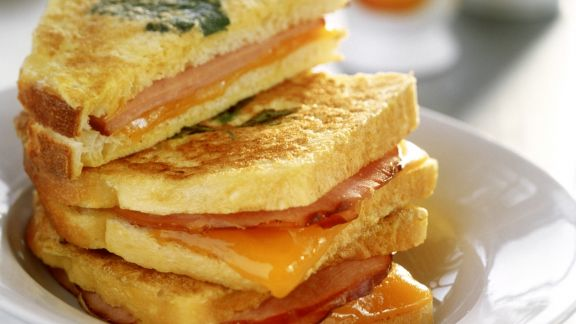 Rezept: Schinken-Käse-Toasts in Ei gebraten