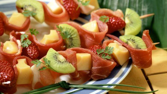 Rezept: Schinken-Obst-Spieße mit Käse