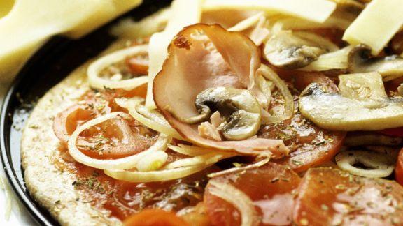 Rezept: Schinken-Pizza mit Champignons und Zwiebeln