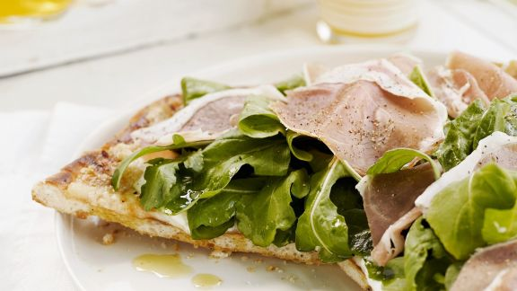 Rezept: Schinkenpizza mit Salat