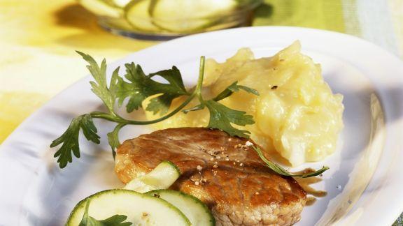 Rezept: Schnitzel mit Kartoffelpüree und Zucchinisalat