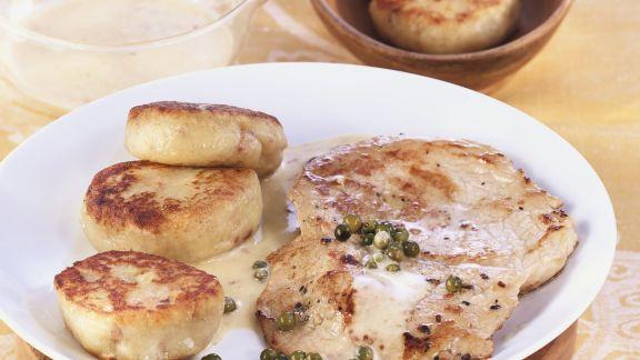 Rezept: Schnitzel mit Pfeffer-Sahnesoße und Kartoffelplanzerl
