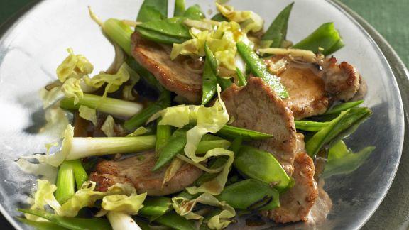 Rezept: Schnitzel vom Schwein mit Lauchzwiebeln und Zuckerschoten