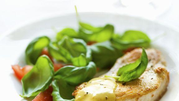 Rezept: Schnitzel von der Pute mit Tomaten, Basilikum und Senfsoße