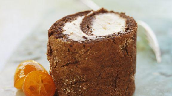 Rezept: Schokoladenrolle mit fruchtiger Sahne und Kumquats