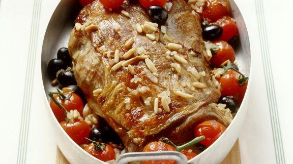 Rezept: Schulterbraten vom Milchlamm mit Tomaten, Oliven und Pinienkernen