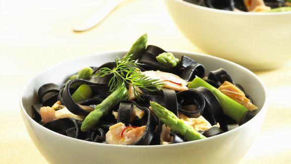 Rezept: Schwarze Nudeln mit Lachs und grünem Spargel