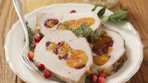 Rezept: Schweinebraten mit Cranberries und getrockneten Aprikosen gefüllt