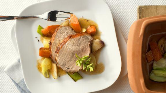 Rezept: Schweinebraten mit Gemüse im Römertopf