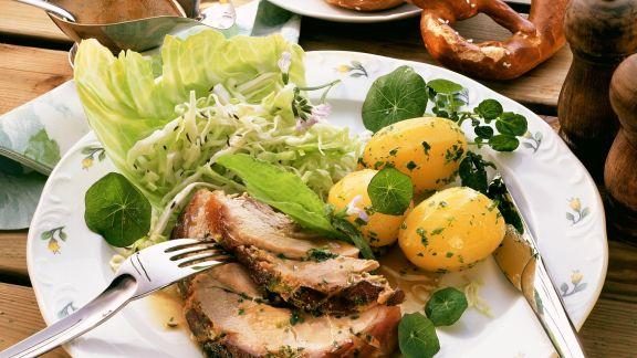 Rezept: Schweinebraten mit Krautsalat und Kartoffeln